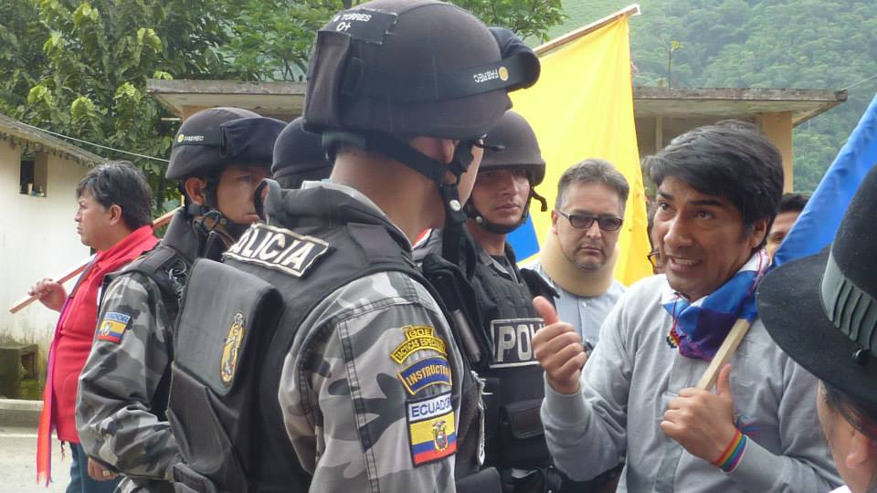 Yaku Pérez reminds police of the constitutional right to protest on the 2014 Water March.
